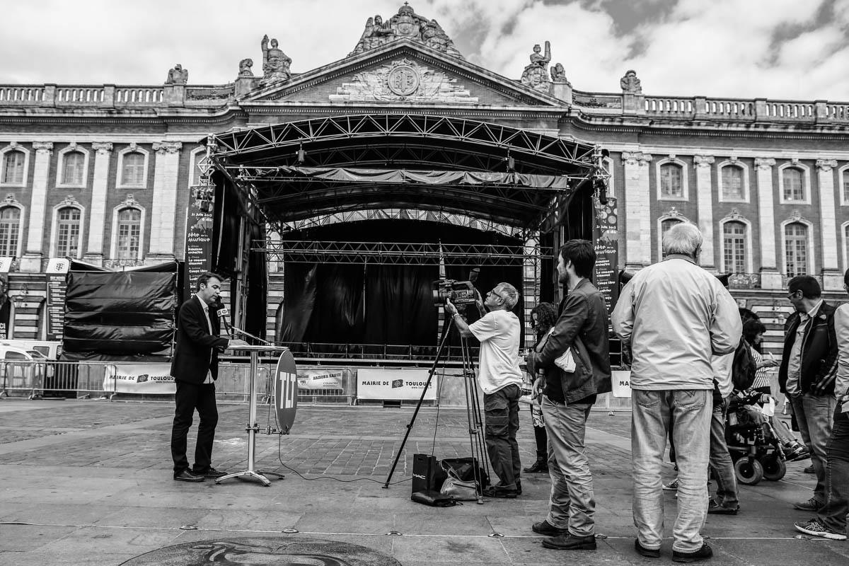 Les salaries de Tele Toulouse menacer de disparition ont decider d'effectuer le lancement de leur journal quotidien depuis la Place du Capitole afin de sensibiliser les Toulousains. Toulouse, FRANCE-19/06/2015