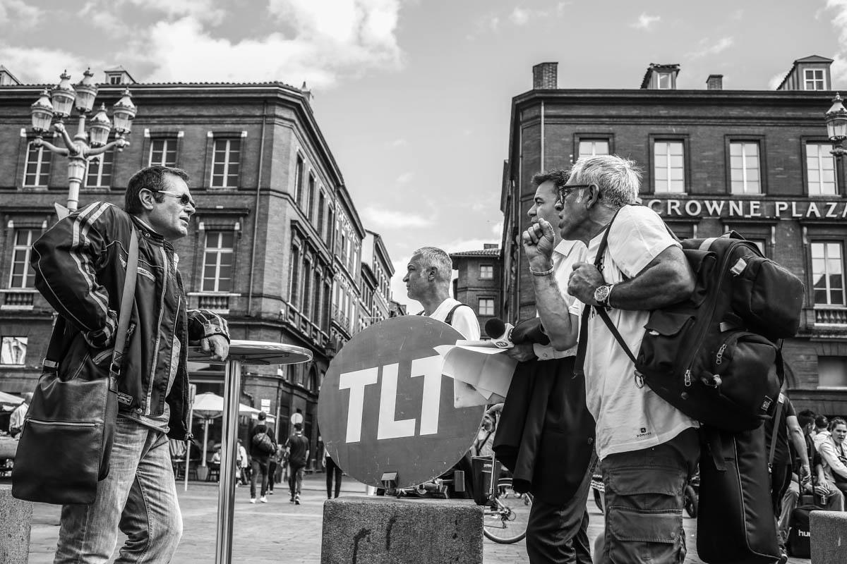 Les salaries de Tele Toulouse, TLT, la premiere chaine locale francaise ont decider d'effectuer le lancement de leur journal quotidien depuis la Place du Capitole afin de sensibiliser les Toulousains sur la liquidation judiciaire  prévu pour la chaine le 3 juillet prochain. Toulouse, FRANCE-24/06/2015