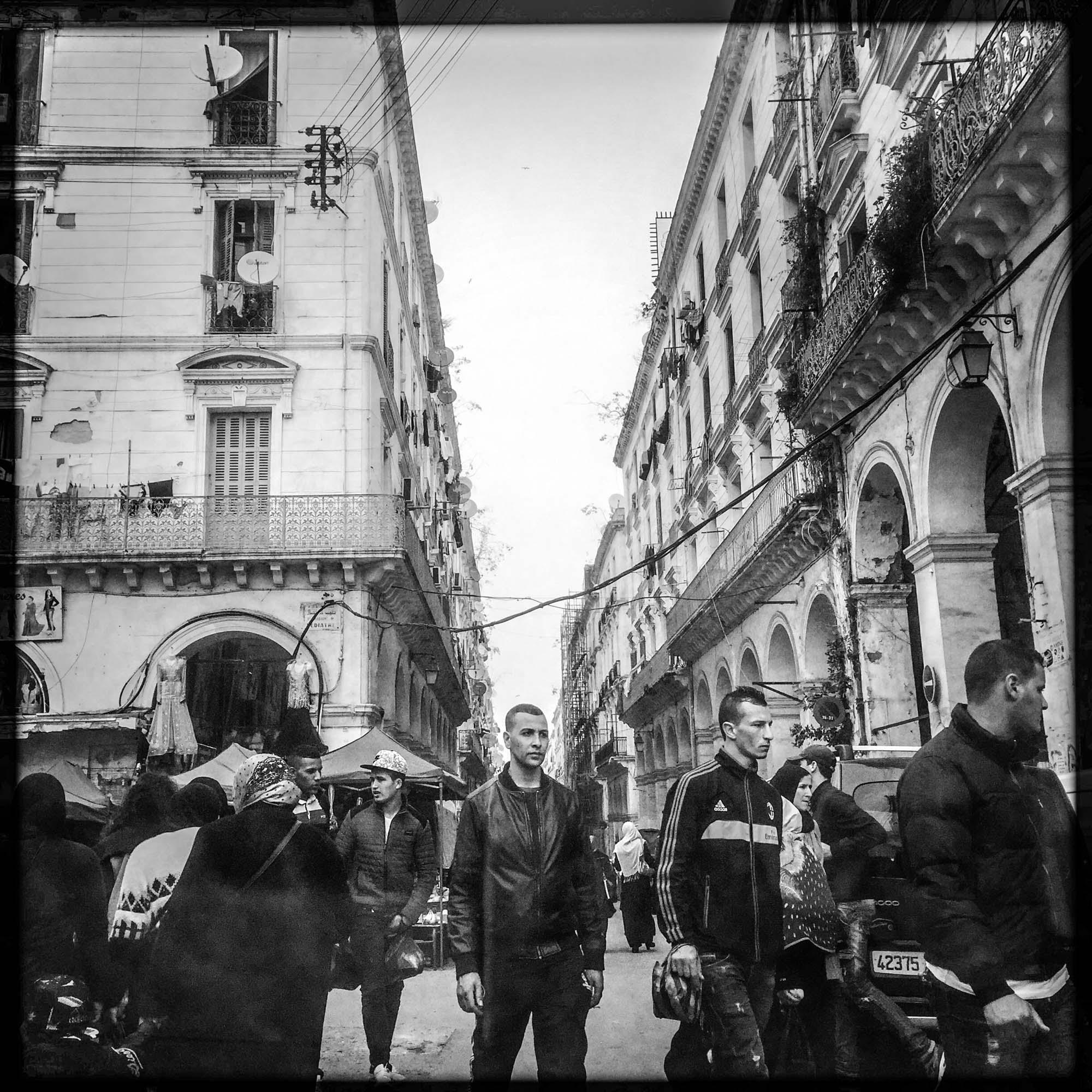 Un heune homme semble figé au milieu de la circulation intense du cente ville de la capitale Algérienne. 30/01/2016, Alger-ALGERIE.