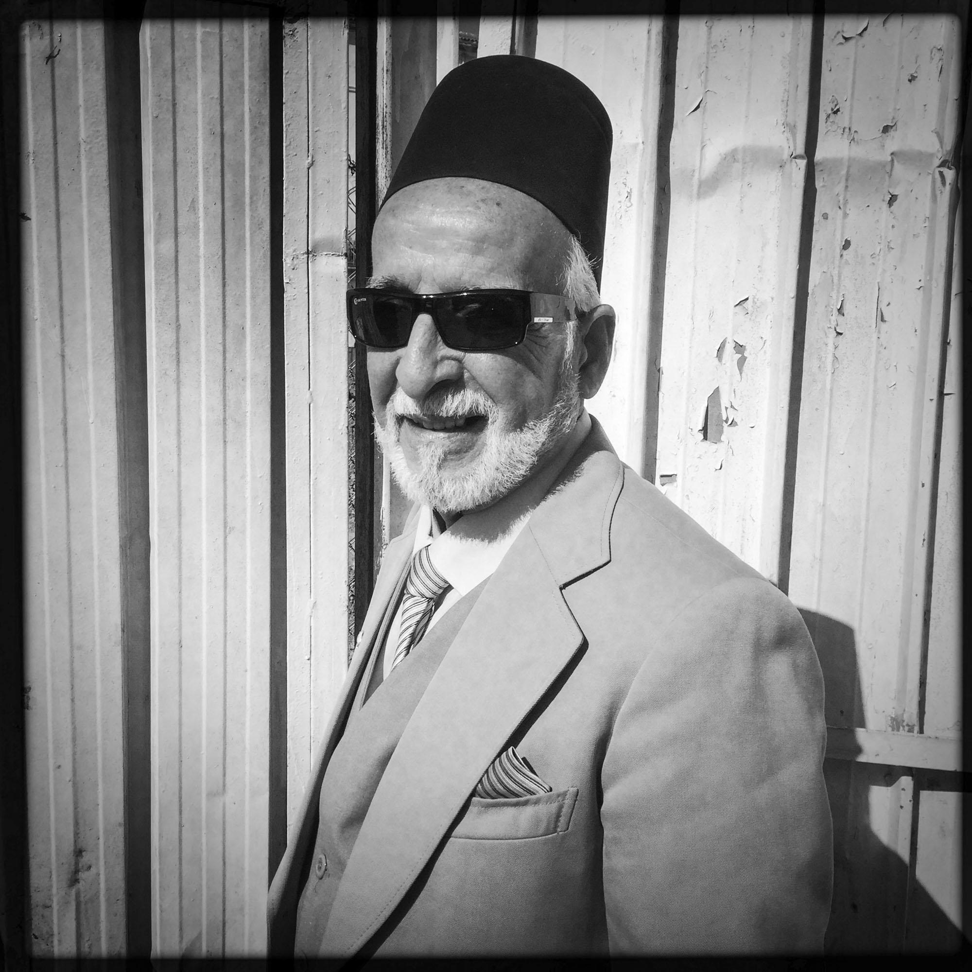 Mustapha, un homme très élégant coiffé du chapeau traditionnel, en costule cravate dans le centre ville d'Alger. 18/02/2016, Alger-Algérie