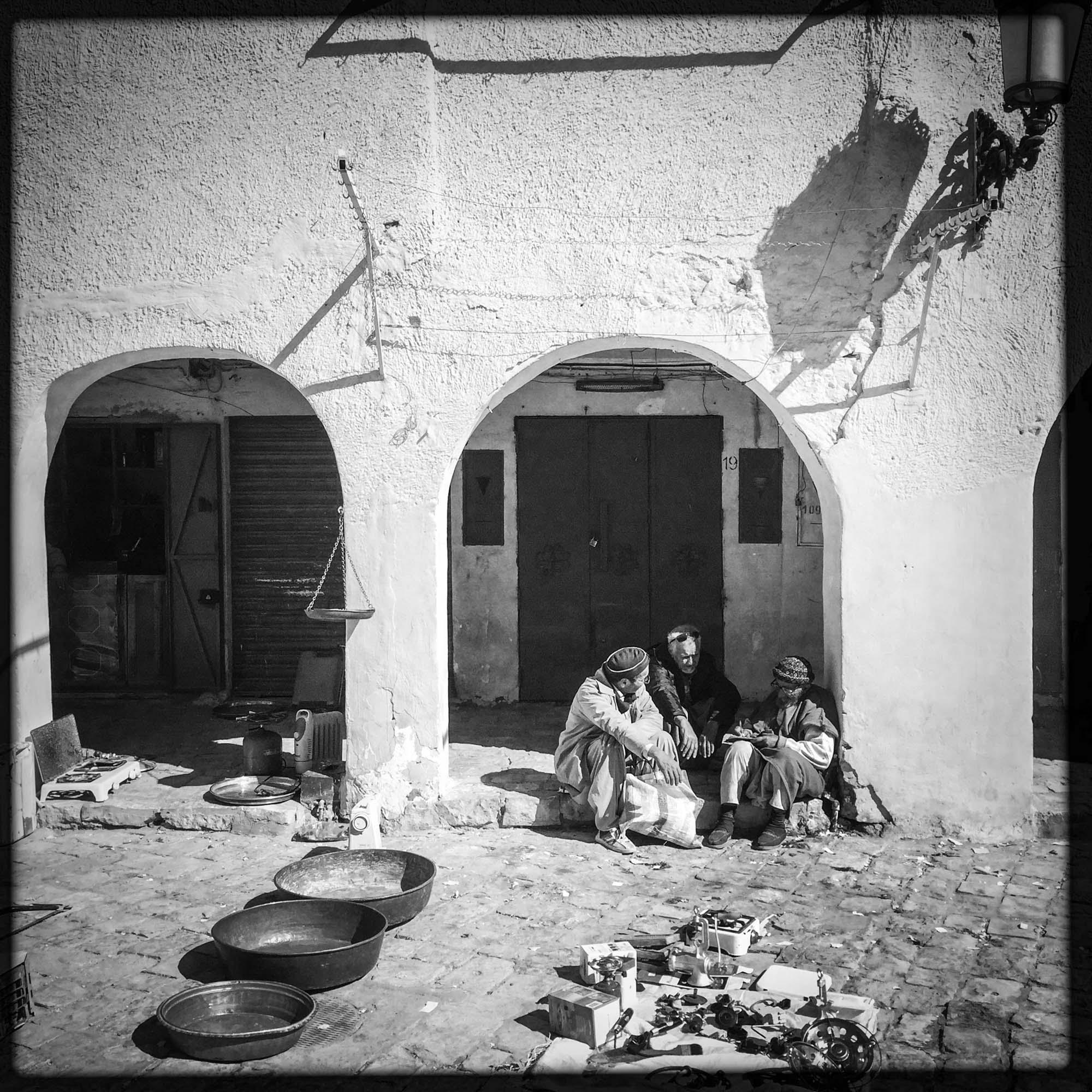Des hommes discutent sur la grande place de cette ville classée au patrimoine de l'Unseco depuis 1982. 2/02/2016, Ghardaïa-Algérie.