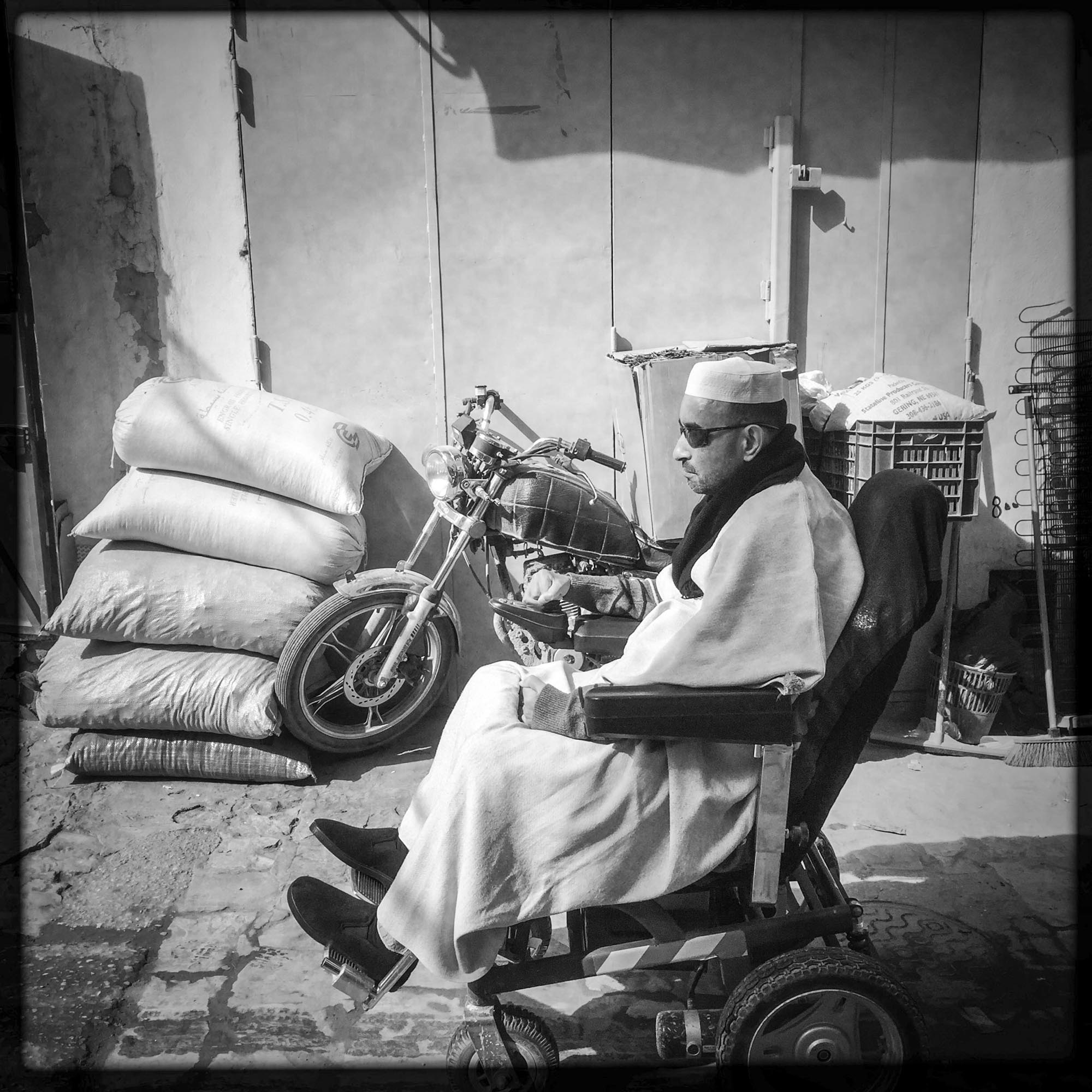 Dans une ruelle un homme Mozabite passe avec son fauteuil roulant.7/02/2016, Ghardaïa-Algérie.