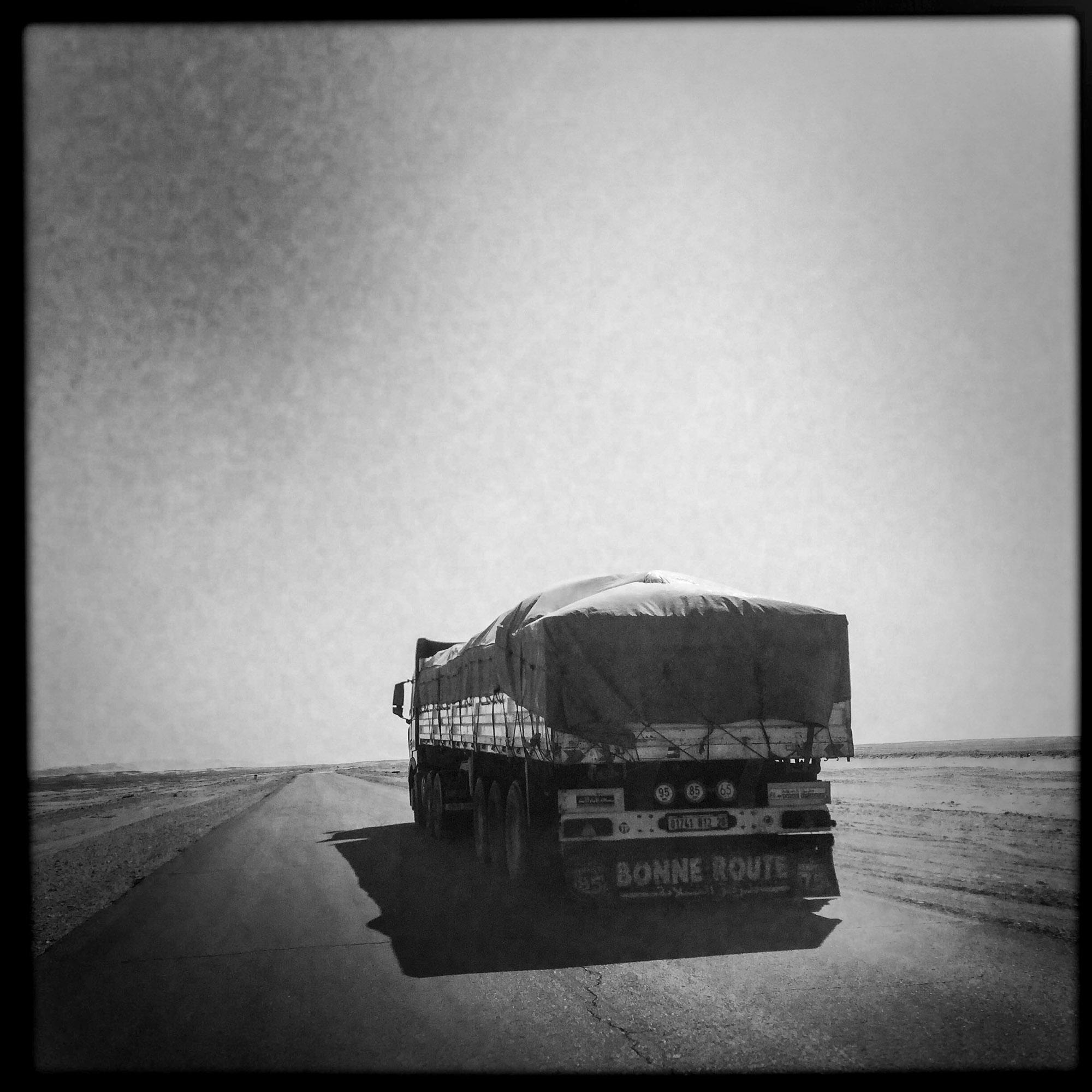 1330 kilometers separate the city of Ghardaia and Tamanrasset, this Trans-Saharan long national 1 2335 kilometers connecting Algiers and the Niger. Algeria-February 6, 2016.Environ 1330 kilomètres séparent la ville de Ghardaïa dans le Mzab et Tamanrasset aux portes de l'Afrique Noire. Egalement appelée Transsaharienne, la nationale 1 longue de 2335km relie Alger au Niger. Algérie-6/02/2016.