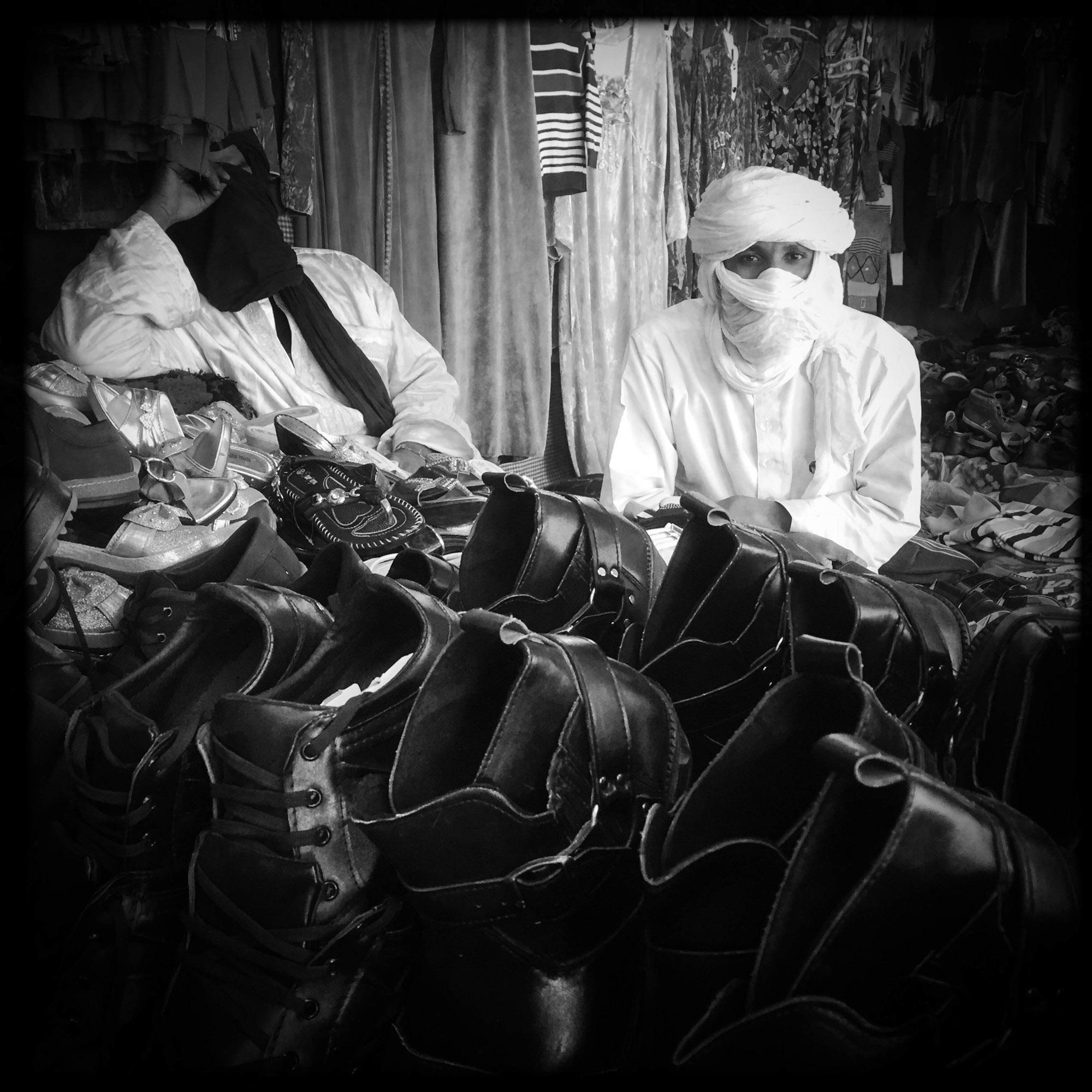 Dans un marché de Tamanrasset, un vendeur de chaussures Touareg. 5/02/2016, Tamanrasset-Algérie.