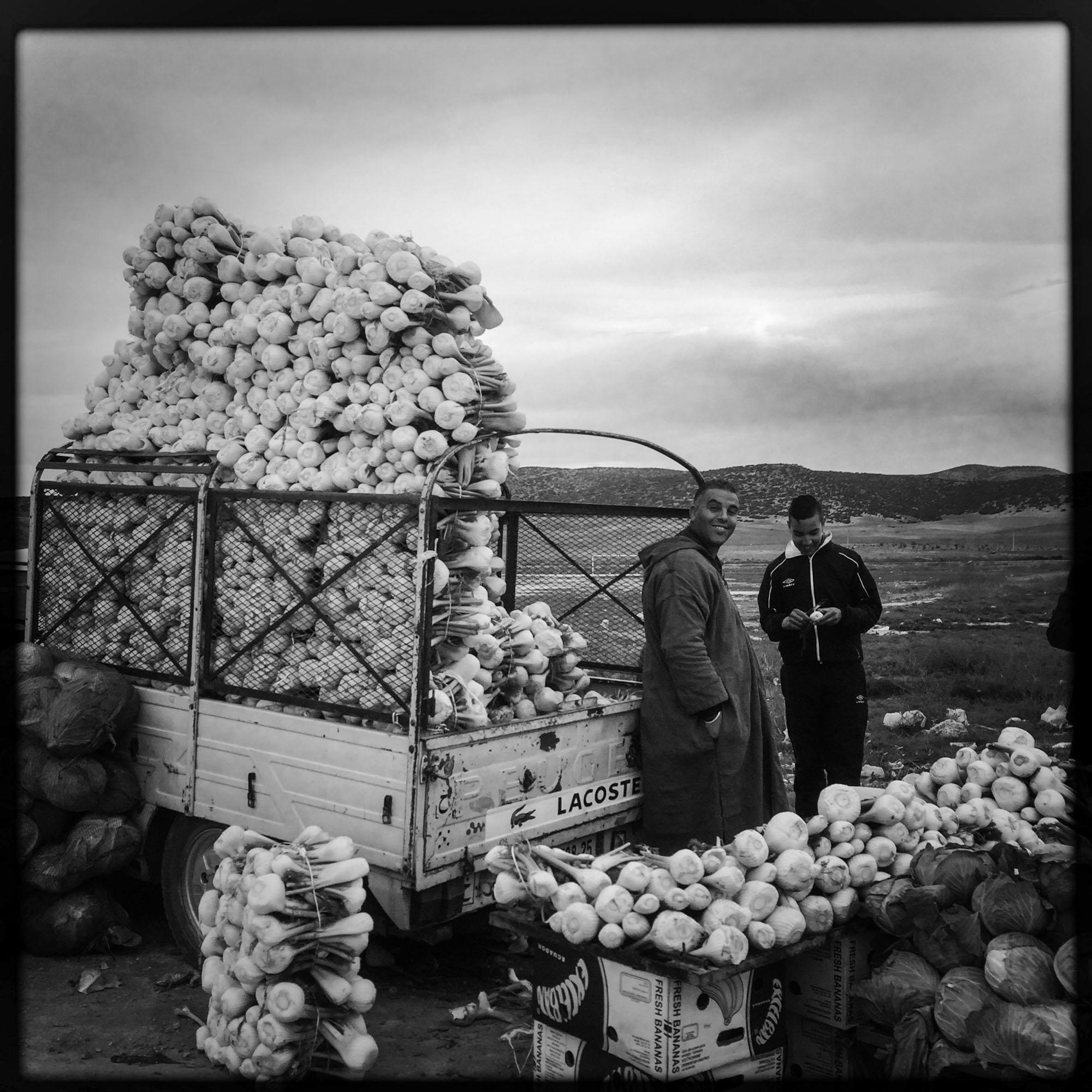 Sur la route entre Biskra et Constantine, les terres trés fertiles permettent à de nombreux paysans de vendre leurs récoltes sur le bord de la route. 9/02/2016, ALGERIE.