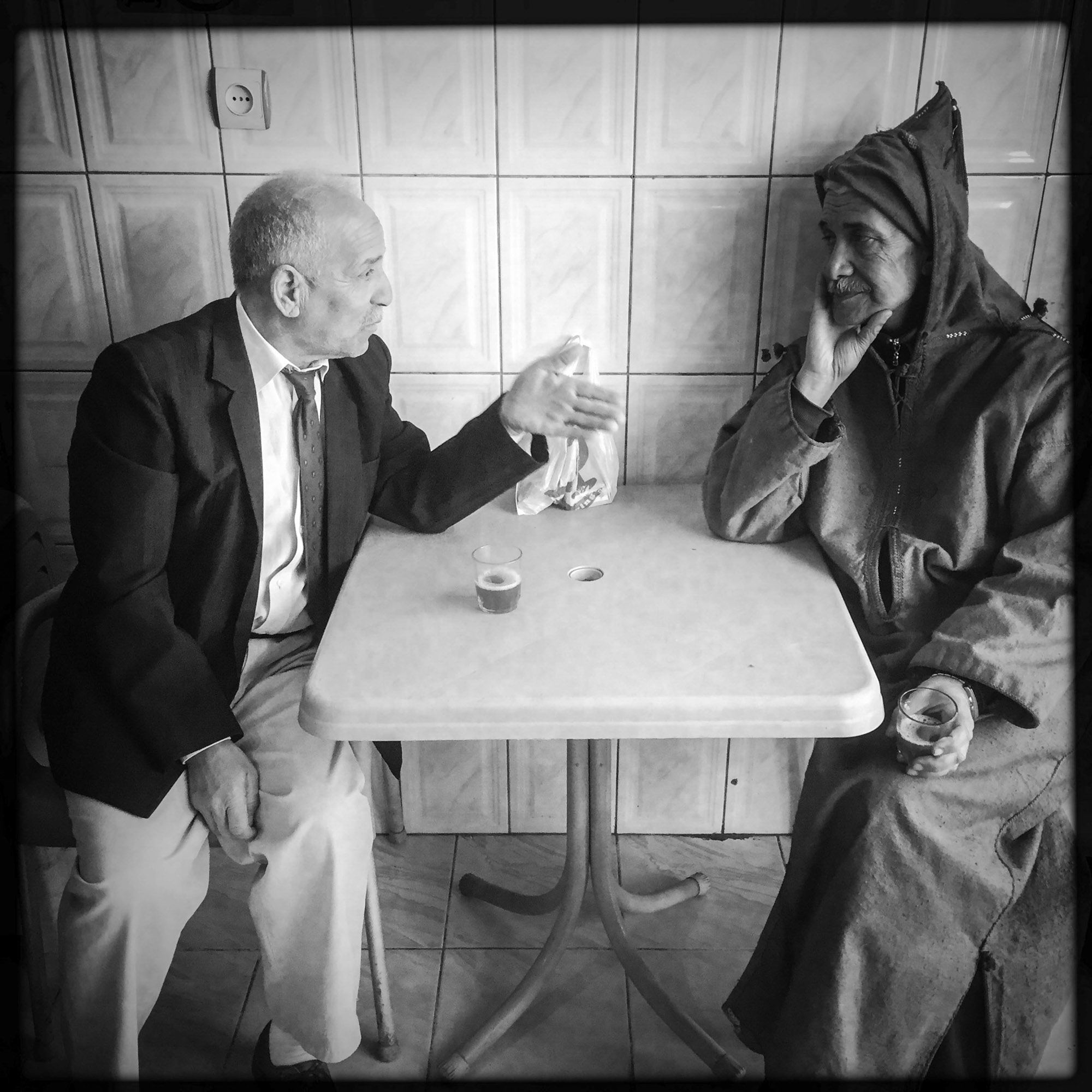 Discussion dans un café entre hommes 9/02/2016, Biskra-ALGERIE.