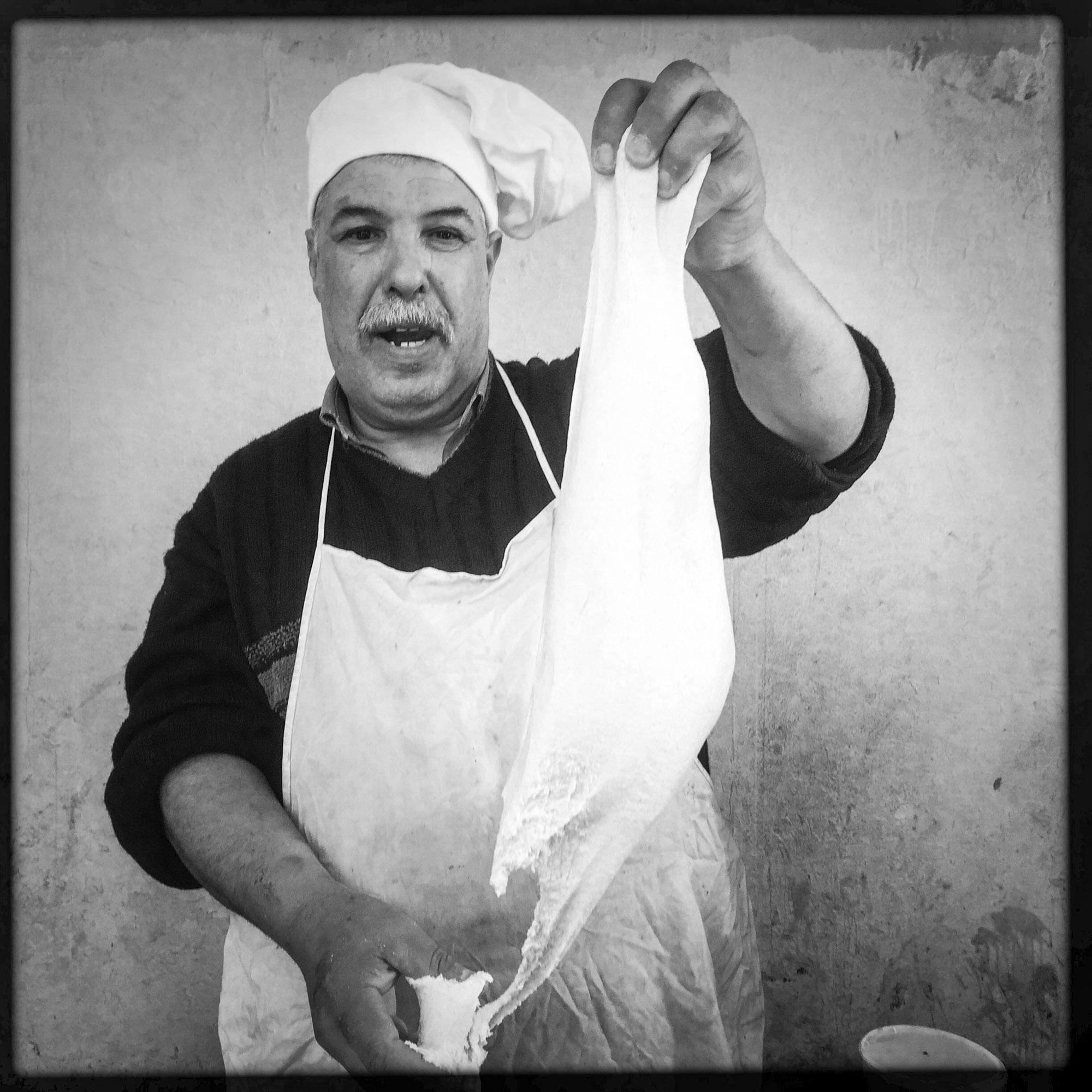 Mohamed, vend des galettes traditionelles sur le marché de la ville. 9/02/2016,Biskra- Algérie.