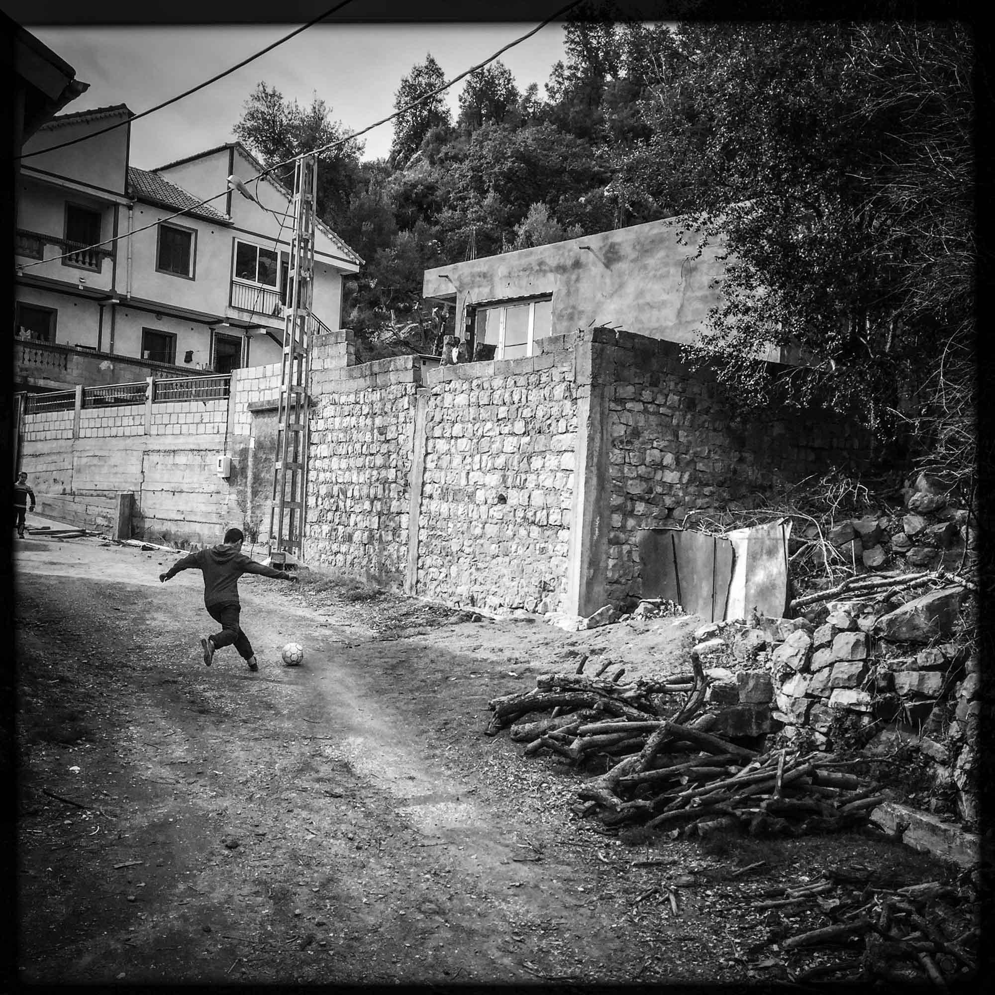 Des enfants jouent au foot. 12/02/2016, Yakouren-ALGERIE.