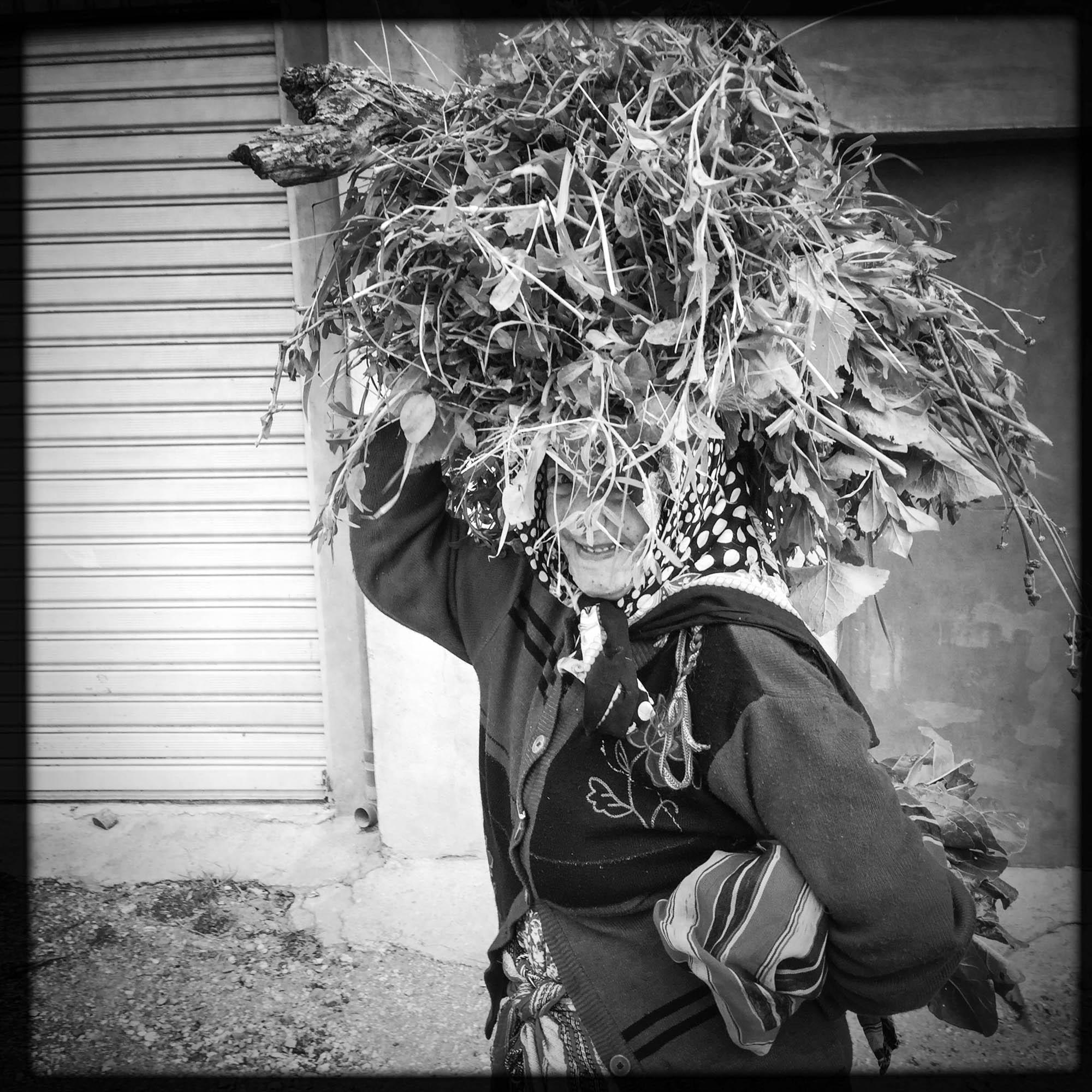 Une femme Kabyle, revient de ramasser des herbes et du bois en haute Kabylie. 12/02/2016, Yakouren-Algérie.