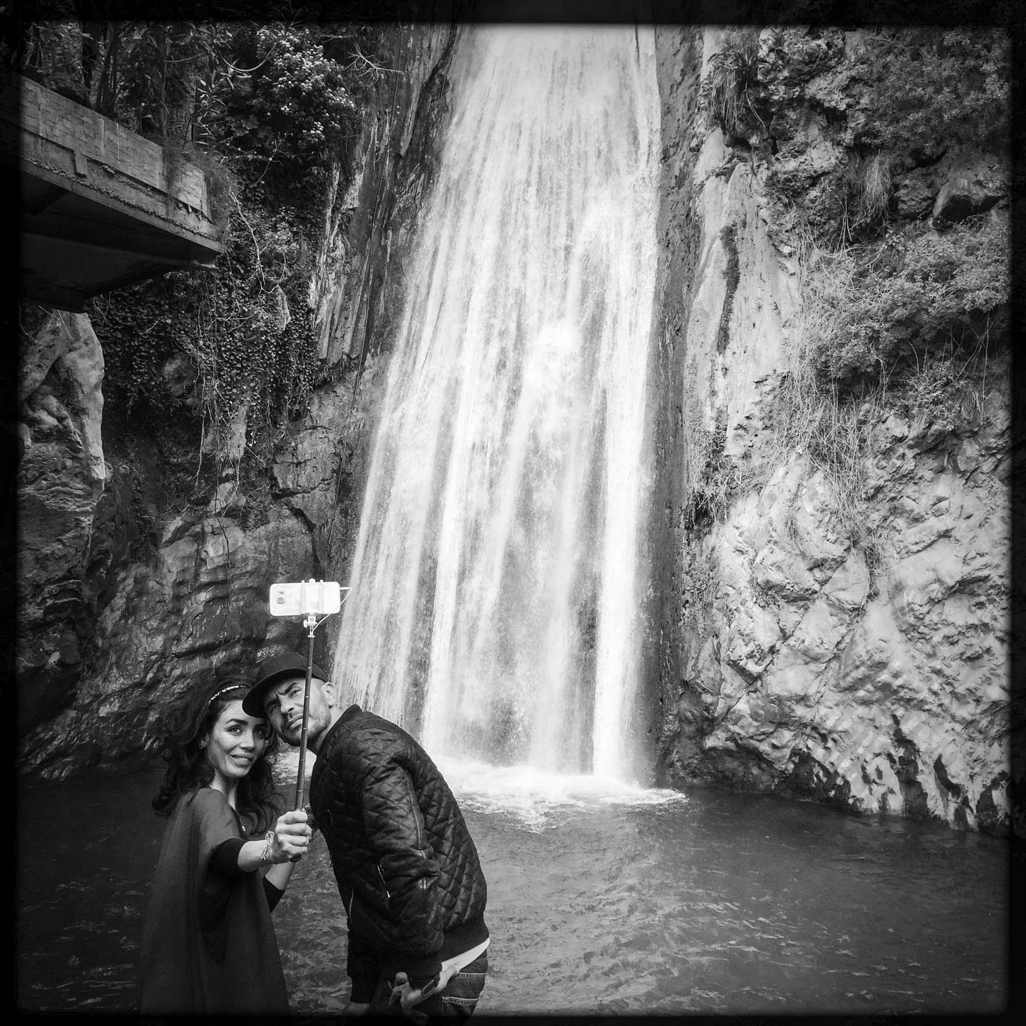 Selfie entre amoureux devant des chutes d'eau en Kabylie. 13/02/2016, ALGERIE.