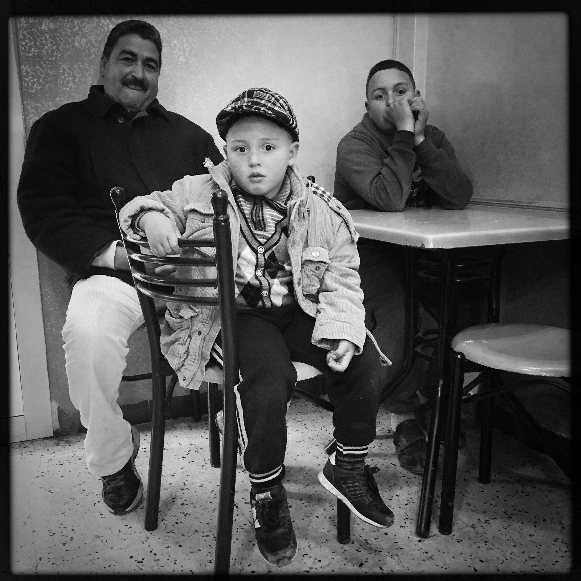 Un homme avec ses deux enfant attendent leur commande dans un restaurant. 13/02/2016, Kabylie-Algérie.