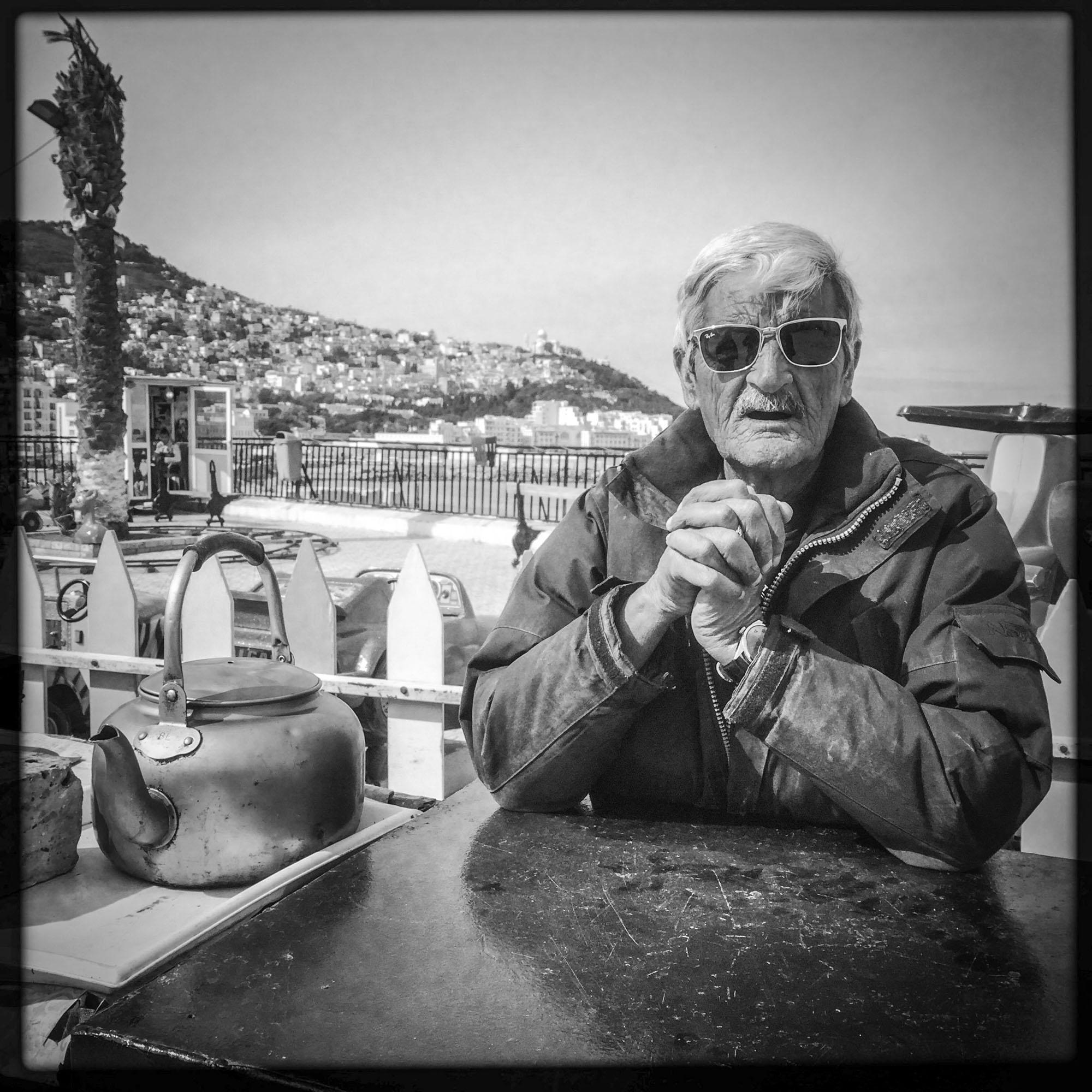 Un vendeur de thé, le long de la côte dans le quartier de Bab el Oued. 17/02/2016, Alger-Algérie.