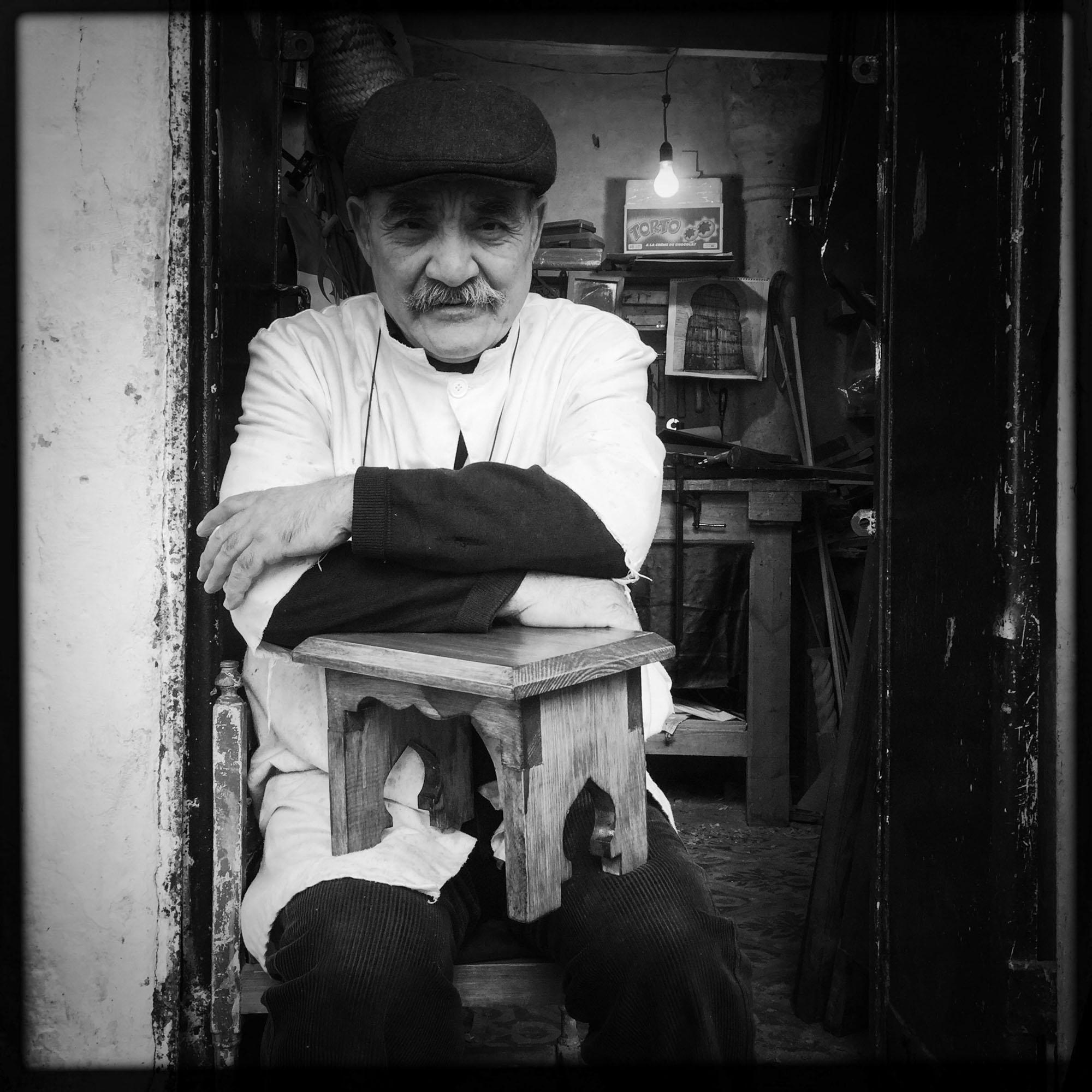 Un fabricant de tabourets et de meubles en bois, surpris lors de sa pause. 7/02/2016, Alger-ALGERIE.