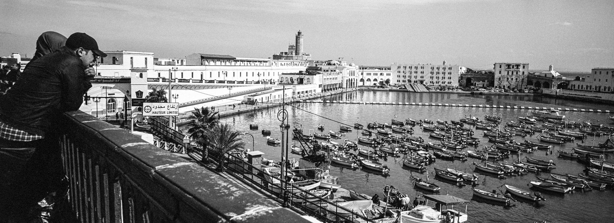 En bord de mer à côté de la capitainerie et du petit port de pêche. 18/02/2016, Alger-ALGERIE.
