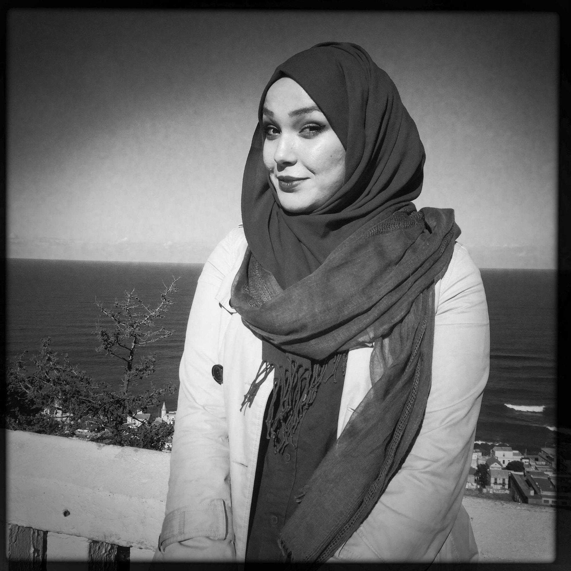 Yasmine, jeune étudiante en langues Algérienne en bord de mer à côté de Notre dame d'Afrique.17/02/2016, Alger-Algérie