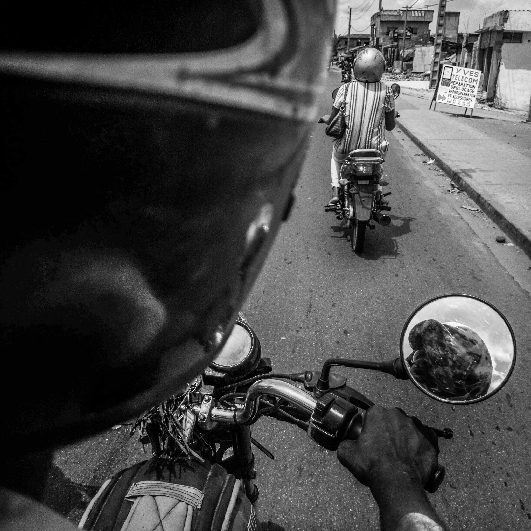 Au Bénin, la ville de Cotonou et sa périphérie comptent plus d'1, 5 million d'habitants qui se déplacent exclusivement en deux roues avec également les motos taxis appellés ZEM présents partout. Tous sillonnent cette ville d'Afrique de l'ouest telles des abeilles aux sons réguliers de leurs klaxons.
