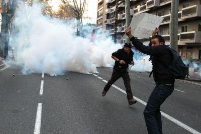 Manifestation non autorisée contre la violence de la police après la mort de Remi Fraisse sur le site de la zone du projet de barrage dans la forêt de Sivens. La police a utilisé des gaz lacrymogènes et procédé à plusieurs arrestations . Toulouse , FRANCE -22/ 11/14
