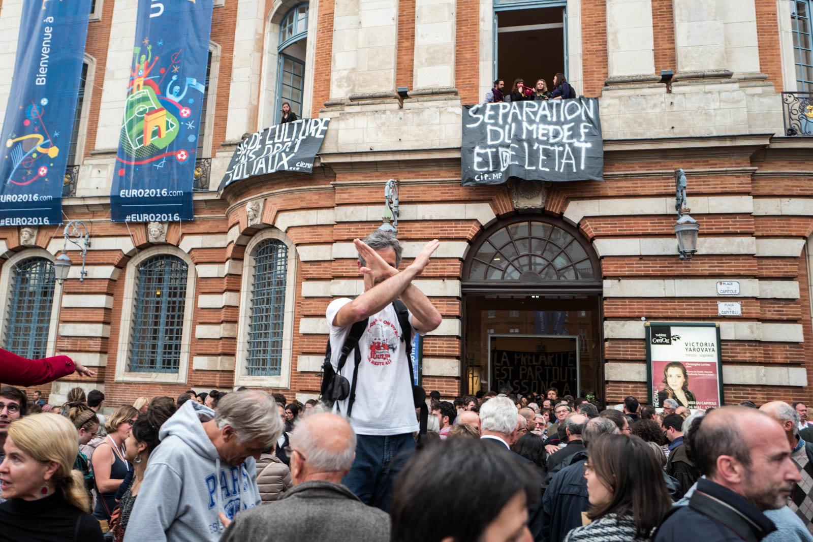 """Plusieurs dizaines d'intermittents et de précaires ont envahi le théâtre du Capitole pour sensibiliser en vue d'une application de l'accord sur l'assurance chômage et dénoncer la loi Travail.Les manifestants ont pénétré dans l'opéra-théâtre avant de monter au premier étage de déployer deux banderoles où était inscrit : """"Séparation du Medef et de l'État"""", """"Pas de culture sans droits sociaux». Toulouse, France-25 mai 2016."""
