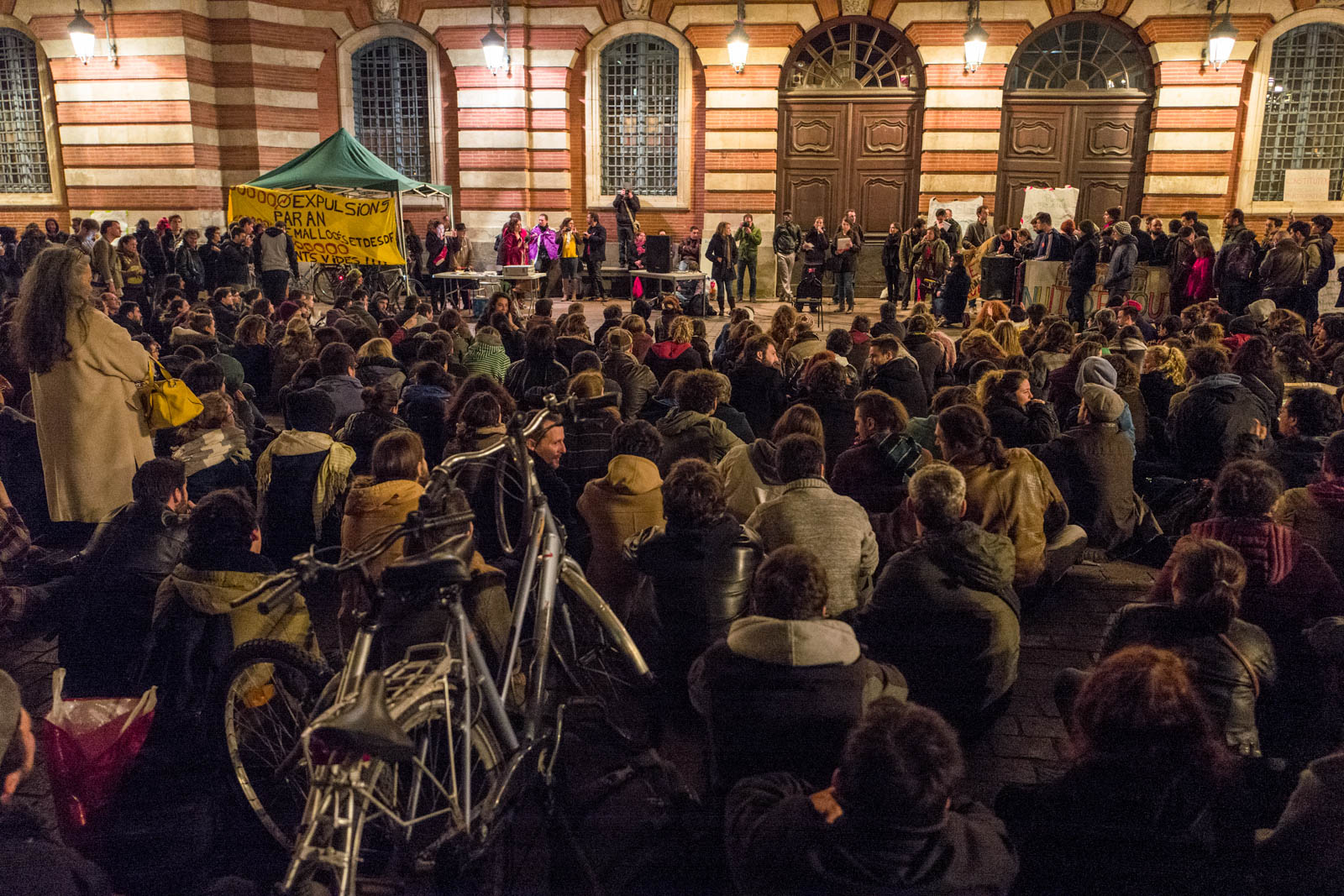 Rassemblement NUIT DEBOUT sur la place du Capitole. Depuis le 31 mars des personnes se sont installées sur différentes grandes places dans des villes de l'hexagone.  Ces rassemblements pacifiques, appellés NUIT DEBOUT sont ouverts et populaires, ils visent à réinvestir l'espace public pour échanger, débattre et construire, la Place du Capitole est occupée depuis le 5 avril. 6/04/2016, Toulouse-France.