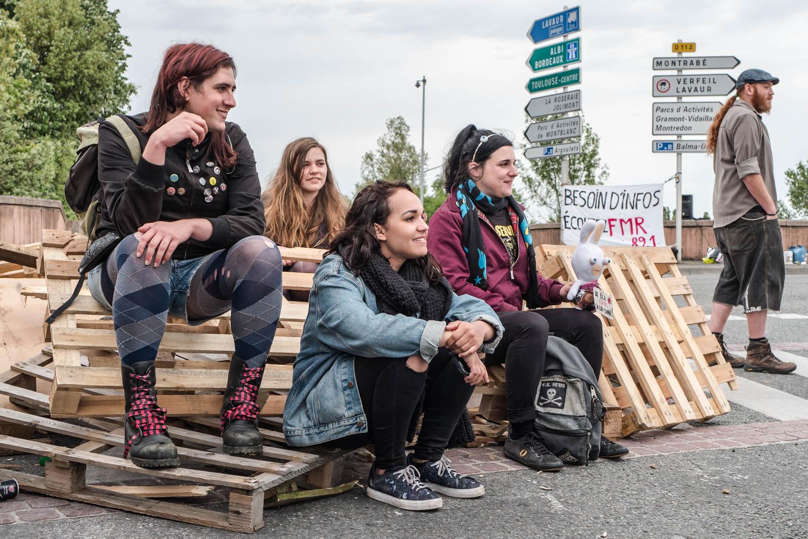 Très tôt le matin, plusieurs dizaines de manifestants, notamment du mouvement Nuit Debout, ont effectué des barrages filtrants aux sorties de rocade comme ici à Balma-Gramont pour dénoncer la loi Travail voulue par le gouvernement de Manuel Valls et de sa ministre du travail Myriam El-Khomri. De nombreux ralentissements et bouchons ont été enregistré alors que devait se tenir la grande manifestation à l'appel de l'intersyndicale dans l'après-midi. Toulouse, France-26 mai 2016.