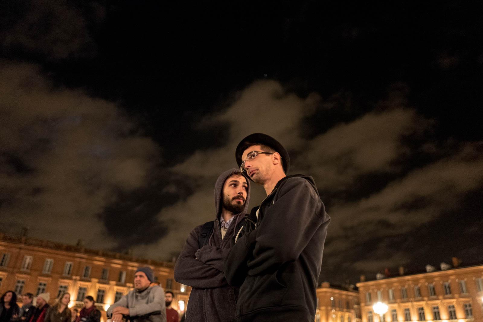 Rassemblement NUIT DEBOUT sur la place du Capitole. Depuis le 31 mars des personnes se sont installées sur différentes grandes places dans des villes de l'hexagone la nuit.  Ces rassemblements pacifiques, appellés NUIT DEBOUT sont ouverts et populaires, ils visent à réinvestir l'espace public pour échanger, débattre et construire, la Place du Capitole est occupée depuis le 5 avril. 11/04/2016, Toulouse-France.