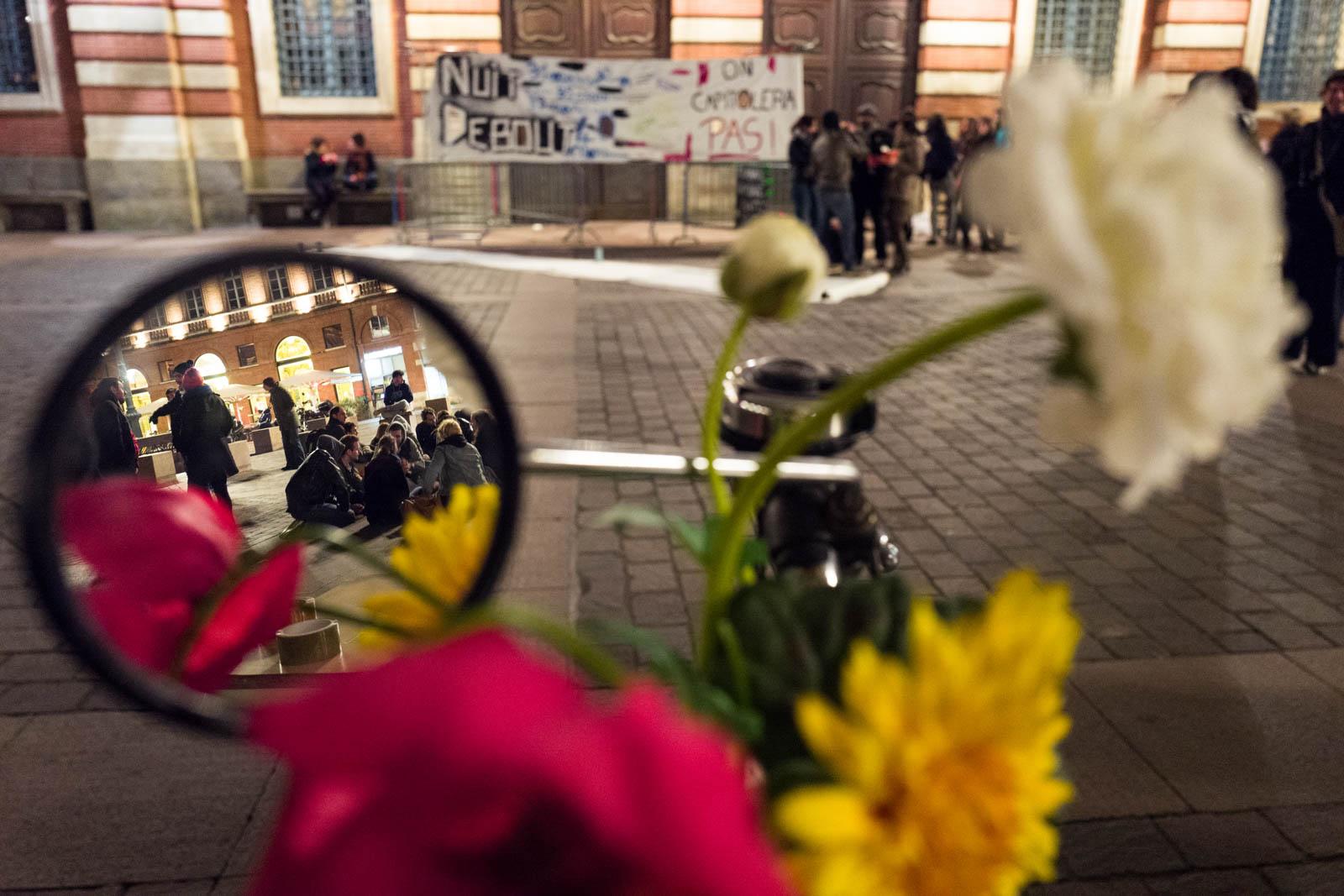 Rassemblement NUIT DEBOUT sur la place du Capitole. Depuis le 31 mars des personnes se sont installées sur différentes grandes places dans des villes de l'hexagone la nuit.  Ces rassemblements pacifiques, appellés NUIT DEBOUT sont ouverts et populaires, ils visent à réinvestir l'espace public pour échanger, débattre et construire, la Place du Capitole est occupée depuis le 5 avril. 8/04/2016, Toulouse-France.