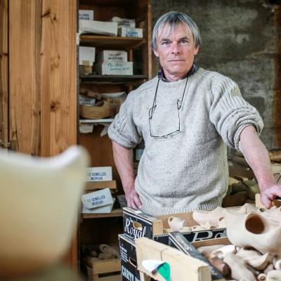 Pascal Jusot, un des derniers sabotiers, spécialiste dans le sabot de Bethmale. Aret, commune de Bethmale, FRANCE-24/04/15/Commande pour l'Express.
