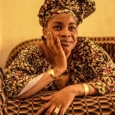 Mah Kouyaté est une Grotte et une célèbre chanteuse Malienne. Bamako, Mali, Février 2004.